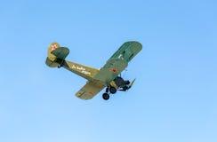 Avião retro Polikarpov PO-2 do russo no céu azul Imagem de Stock Royalty Free