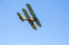 Avião retro Polikarpov PO-2 do russo no céu azul Texto dentro Imagens de Stock Royalty Free