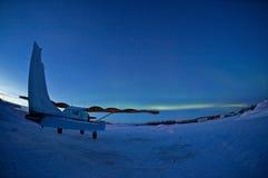 Avião sob as luzes do norte Fotografia de Stock