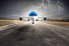 Avião sobre a pista de decolagem Meios mistos Fotografia de Stock Royalty Free