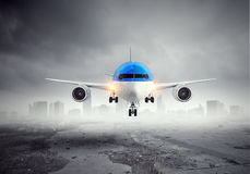 Avião sobre a pista de decolagem Meios mistos Fotos de Stock