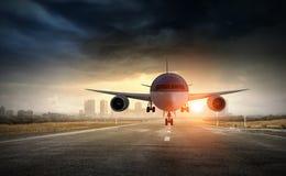 Avião sobre a pista de decolagem Meios mistos Foto de Stock Royalty Free