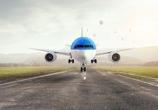 Avião sobre a pista de decolagem Meios mistos Imagem de Stock