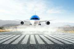Avião sobre a pista de decolagem Meios mistos Fotografia de Stock
