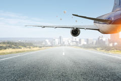 Avião sobre a pista de decolagem Meios mistos Meios mistos Foto de Stock