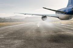 Avião sobre a pista de decolagem Meios mistos Meios mistos Foto de Stock Royalty Free
