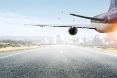 Avião sobre a pista de decolagem Meios mistos Meios mistos Fotografia de Stock Royalty Free