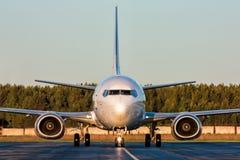 Avião taxiing da vista dianteira com um corredor do motor Fotos de Stock Royalty Free