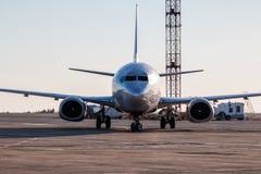 Avião taxiing da vista dianteira no avental do aeroporto Fotografia de Stock