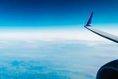 Avião Wing View Above Clouds imagem de stock