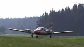 Avión antiguo privado que consigue listo para el lanzamiento metrajes