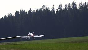 Avión antiguo privado que consigue listo para el lanzamiento almacen de metraje de vídeo