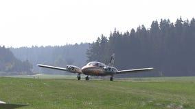 Avión antiguo privado que consigue listo para el lanzamiento almacen de video