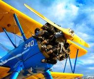 Avión antiguo y cielo de invitación Foto de archivo libre de regalías