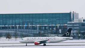 Avión austríaco en las puertas terminales, aeropuerto de Star Alliance de Munich metrajes