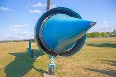 Avión azul en el campo fotografía de archivo libre de regalías