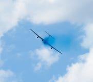 Avión con el rastro colorido en el cielo Foto de archivo libre de regalías