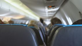 Avión con los pasajeros almacen de metraje de vídeo