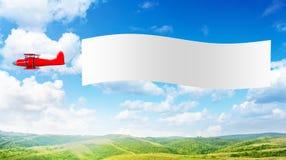 Avión con una bandera fotos de archivo