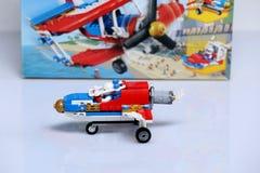 Avión construido de los ladrillos de Lego y de su caja fotos de archivo libres de regalías