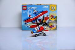 Avión construido de los ladrillos de Lego y de su caja foto de archivo libre de regalías