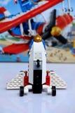 Avión construido de los ladrillos de Lego y de su opinión del boxfront fotos de archivo