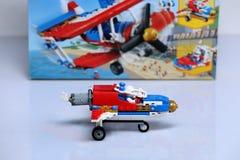 Avión construido de los ladrillos de Lego y de su paquete imagen de archivo