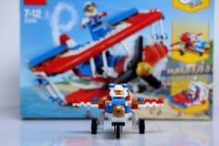 Avión construido de los ladrillos de Lego y de su vista delantera de la caja fotografía de archivo