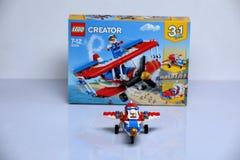 Avión construido de los ladrillos de Lego y de su vista delantera de la caja fotografía de archivo libre de regalías