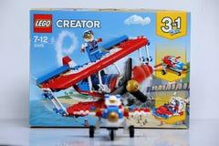 Avión construido de los ladrillos de Lego y de su vista delantera de la caja fotos de archivo libres de regalías