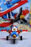Avión construido de los ladrillos de Lego y de su vista delantera de la caja foto de archivo