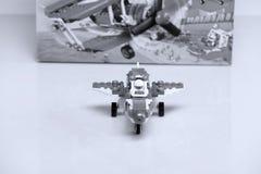 Avión construido de los ladrillos de Lego y de su vista delantera de la caja foto de archivo libre de regalías