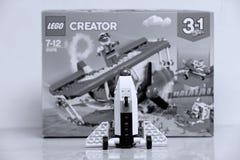 Avión construido de los ladrillos de Lego y de su vista delantera de la caja imágenes de archivo libres de regalías