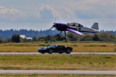 Avión contra héroe Carrera de coches imagen de archivo libre de regalías