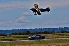 Avión contra héroe Carrera de coches foto de archivo libre de regalías