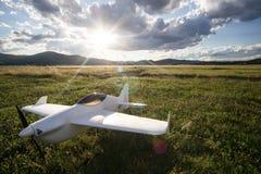 Avión controlado de radio del juguete en la hierba imagenes de archivo