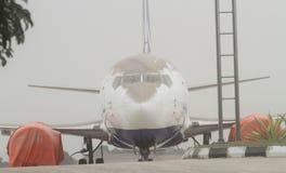 Avión cubierto por la ceniza volcánica de la erupción del kelud del soporte Fotografía de archivo