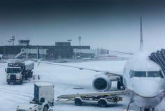 Avión de aire en tiempo del invierno en un aeropuerto Fotografía de archivo libre de regalías