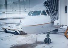 Avión de aire en tiempo del invierno en un aeropuerto Imagenes de archivo