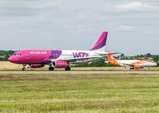 Avión de Airlane del aire de Wizz Imagenes de archivo