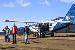 Avión de Alaska de Bush con la gente Imágenes de archivo libres de regalías