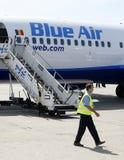 Avión de Blue Air estacionado en el aeropuerto de Bucarest Baneasa Fotografía de archivo libre de regalías