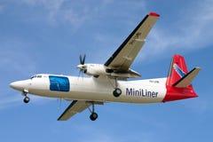 Avión de carga de Fokker 50F en acercamiento de aterrizaje Fotografía de archivo