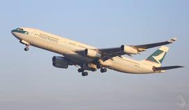 Avión de Cathay Pacific que viene adentro aterrizar Fotos de archivo libres de regalías