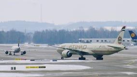 Avión de Etihad Airways que saca del aeropuerto MUC de Munich metrajes