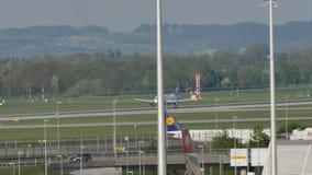Avión de Eurowings Airbus que saca del aeropuerto de Munich almacen de metraje de vídeo