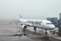 Avión de Finnair en el aeropuerto Imágenes de archivo libres de regalías