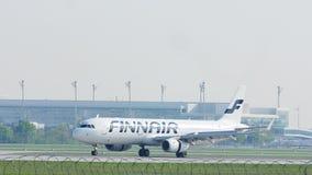 Avión de Finnair que lleva en taxi en el aeropuerto MUC de Munich