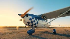 Avión de funcionamiento que sube en un campo de aviación, cierre metrajes