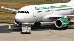 Avión de Germania que hace el taxi en pista